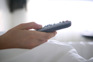 Man using remote controlの写真素材 [FYI01982905]
