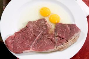 Raw steak and eggsの写真素材 [FYI01982929]