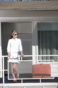 Woman waiting outside motel roomの写真素材 [FYI01982995]