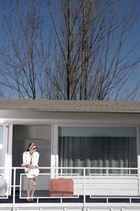 Woman waiting outside motel roomの写真素材 [FYI01983016]