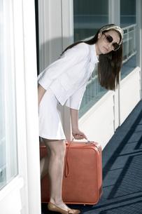 Woman leaving motel roomの写真素材 [FYI01983027]