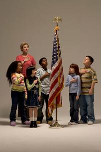 Class saluting American flagの写真素材 [FYI01983030]