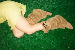 Woman wearing fur bootsの写真素材 [FYI01983031]