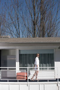 Woman walking on motel balconyの写真素材 [FYI01983089]