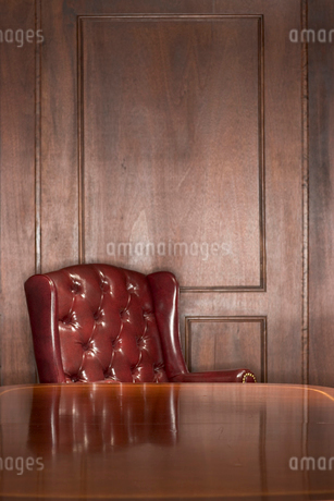 Empty leather chair and tableの写真素材 [FYI01983136]