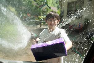 Young boy washing the carの写真素材 [FYI01983167]