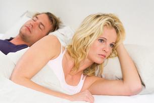 Wife awake in bedの写真素材 [FYI01983201]