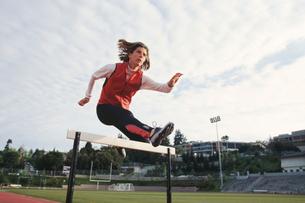 Woman hurdlingの写真素材 [FYI01983240]