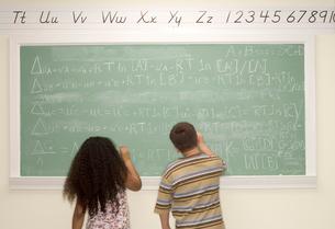 Young  children writing on blackboardの写真素材 [FYI01983251]