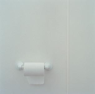 Toilet paper dispenserの写真素材 [FYI01983382]
