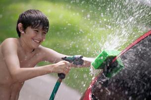 Young boy washing the carの写真素材 [FYI01983419]