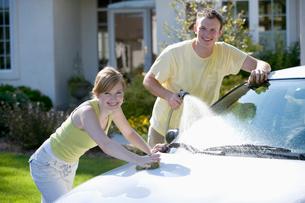 Young couple washing carの写真素材 [FYI01983492]