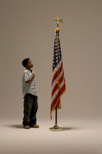 Young African boy saluting American flagの写真素材 [FYI01983588]