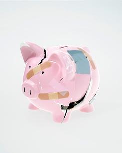 Broken and mended piggy bankの写真素材 [FYI01983608]