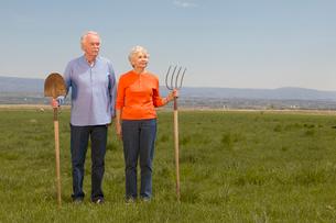 Senior couple holding gardening toolsの写真素材 [FYI01983766]
