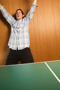Man celebrating ping-pong victoryの写真素材 [FYI01983806]
