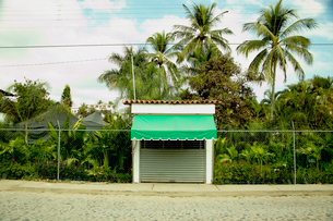 Hooded garage in tropical townの写真素材 [FYI01983938]