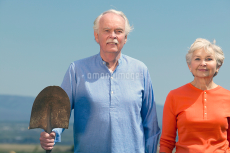 Senior couple holding gardening toolsの写真素材 [FYI01983944]