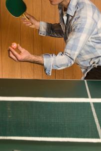 Man serving ping-pong ballの写真素材 [FYI01983952]