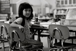 Young girl sitting at school tableの写真素材 [FYI01984043]