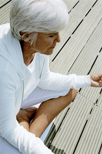 Senior woman meditatingの写真素材 [FYI01984069]