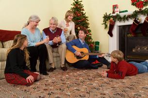 Family celebrating Christmasの写真素材 [FYI01984115]