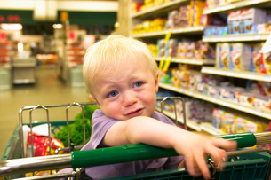 Toddler boy crying in grocery storeの写真素材 [FYI01984123]