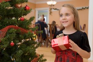 Young girl holding Christmas presentの写真素材 [FYI01984142]