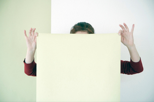 Woman putting up wallpaperの写真素材 [FYI01984149]