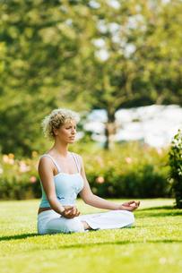 Woman meditatingの写真素材 [FYI01984182]