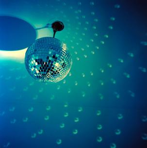 Disco ball reflecting on ceilingの写真素材 [FYI01984209]