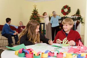 Teenagers making Christmas snowflakesの写真素材 [FYI01984344]