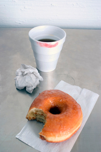 Lipstick-stained cup and donutの写真素材 [FYI01984384]