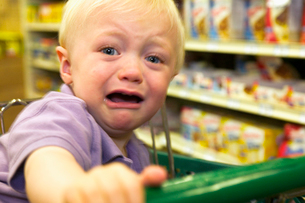 Toddler boy crying in grocery storeの写真素材 [FYI01984385]