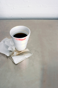 Lipstick-stained coffee cupの写真素材 [FYI01984448]