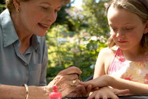Grandmother painting grandchilds nailsの写真素材 [FYI01984536]