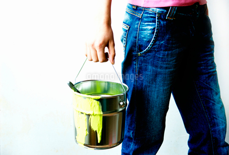 Man holding bucket of paintの写真素材 [FYI01984590]