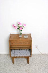 Table and pink flowersの写真素材 [FYI01984687]