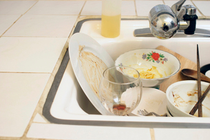 Kitchen sink full of dirty dishesの写真素材 [FYI01984737]
