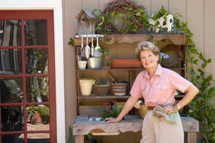 Woman smiling with gardening toolsの写真素材 [FYI01984762]