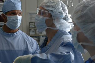 Surgeons in surgical scrubsの写真素材 [FYI01984773]