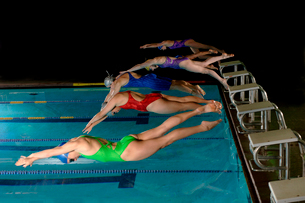 swimmers diving for competitive raceの写真素材 [FYI01984799]