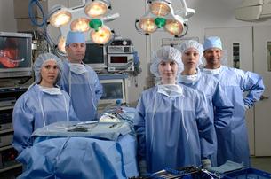 Surgeons in operating roomの写真素材 [FYI01984850]