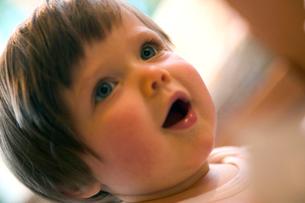 Curious baby girlの写真素材 [FYI01984866]