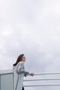 Young businesswoman posing on balconyの写真素材 [FYI01984868]