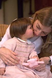 Daughter kissing her mothers cheekの写真素材 [FYI01984880]