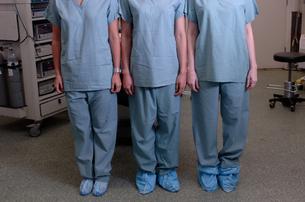Multi-ethnic females in surgical scrubsの写真素材 [FYI01984921]
