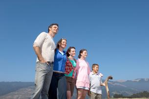 Family posing in wildernessの写真素材 [FYI01984936]