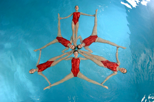 Synchronized swim team performingの写真素材 [FYI01984946]