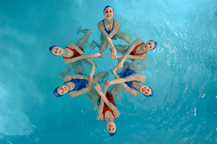 Synchronized swim team performingの写真素材 [FYI01984957]